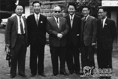陈毅副总理与随团记者合影留念,本文作者(左二)。.jpg