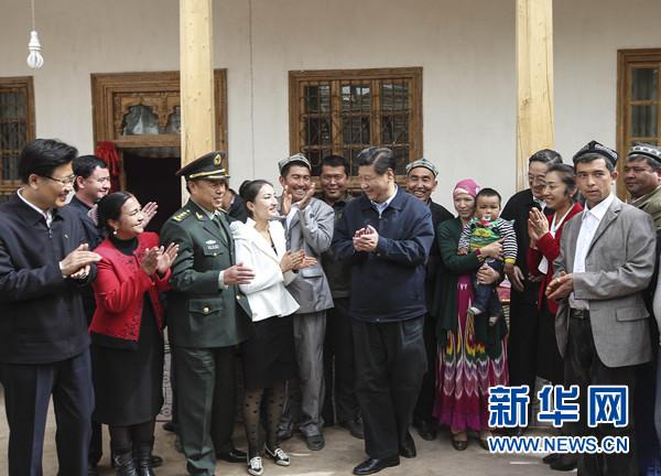 4月27日至30日,中共中央总书记、国家主席、中央军委主席习近平在新疆考察。这是4月28日上午,习近平在疏附县托克扎克镇阿亚格曼干村村民阿卜都克尤木·肉孜家同乡亲们拉家常。新华社记者 兰红光 摄
