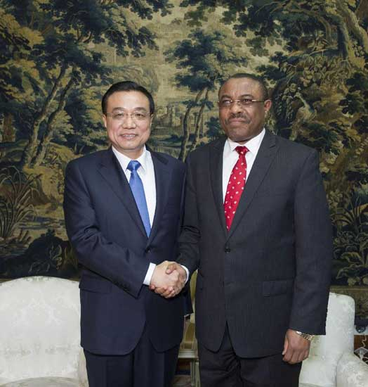 Chinese Premier Li Keqiang (L) shakes hands with Ethiopian Prime Minister Hailemariam Desalegn during their talks in Addis Ababa, Ethiopia, May 4, 2014. Li started an Africa tour on Sunday with his arrival in Ethiopia, where he will also visit the headquarters of the African Union (AU). (Xinhua/Wang Ye)