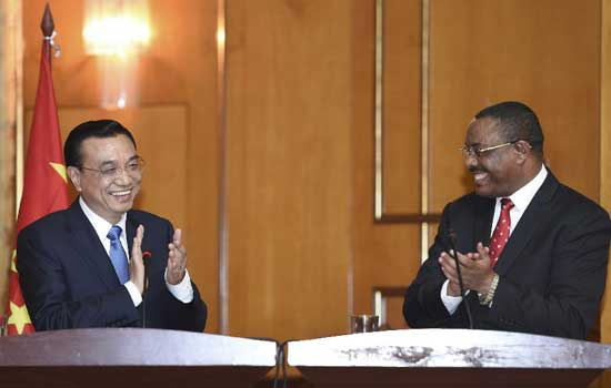 Chinese Premier Li Keqiang (L) and Ethiopian Prime Minister Hailemariam Desalegn meet press after their talks in Addis Ababa, Ethiopia, May 4, 2014. Li started an Africa tour on Sunday with his arrival in Ethiopia, where he will also visit the headquarters of the African Union (AU). (Xinhua/Li Xueren)