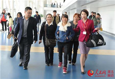 李国容(前排左二)母女一行抵达武汉