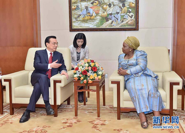 Chinese Premier Li Keqiang met the chairperson of the African Union Commission Nkosazana Dlamini Zuma at the AU headquarters. (Xinhua)
