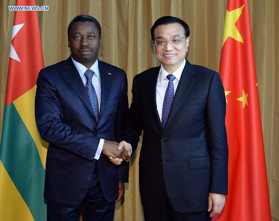 Visiting Chinese Premier Li Keqiang (R) meets with Togolese President Faure Gnassingbe, who is attending the 2014 World Economic Forum on Africa, in Abuja, Nigeria, May 7, 2014. (Xinhua/Li Tao)