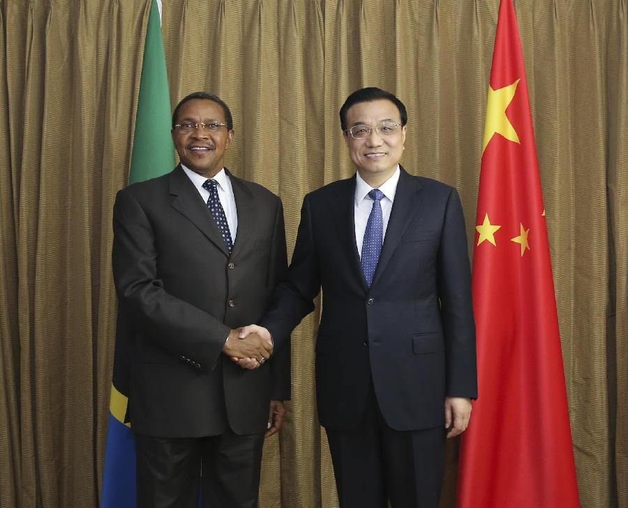 Visiting Chinese Premier Li Keqiang (R) meets with Tanzanian President Jakaya Kikwete, who is attending the 2014 World Economic Forum on Africa, in Abuja, Nigeria, May 7, 2014. (Xinhua/Ding Lin)