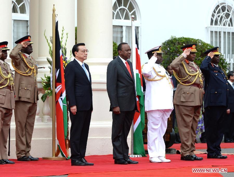 Chinese Premier Li Keqiang (3rd L) attends a welcoming ceremony held by Kenyan President Uhuru Kenyatta before their talks in Nairobi, Kenya, May 10, 2014. (Xinhua/Li Tao)
