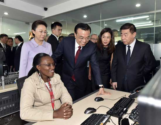 Chinese Premier Li Keqiang (C) talks with staff members during his visit to the office of the African branch of China Central Television (CCTV)in Nairobi, Kenya, May 11, 2014. (Xinhua/Li Tao)