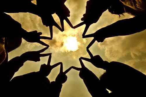 手拉手 汇聚正能量