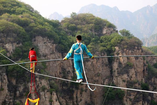 惊险的高空走钢丝