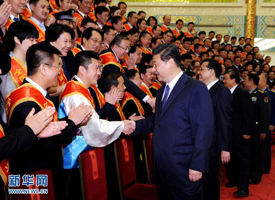 5月27日,党和国家领导人习近平、李克强、刘云山等在北京人民大会堂会见第六次全国军转表彰大会受表彰代表。记者饶爱民摄