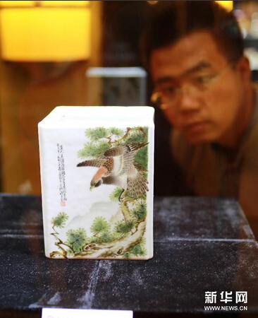 6月3日,参观者在参观拍品——余翰青绘粉彩花卉、翎毛、走兽、虫草纹四方笔筒。