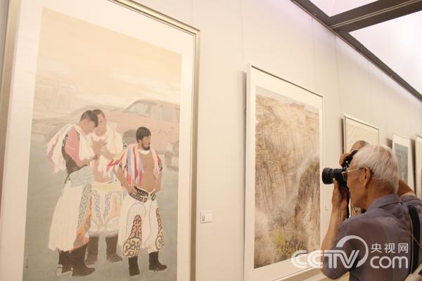 一名观众在展览作品前留影。韩丹 摄