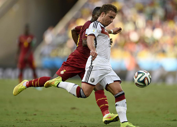 Mario Gotze (R) of Germany vies with a player of Ghana during a Group G match between Germany and Ghana of 2014 FIFA World Cup at the Estadio Castelao Stadium in Fortaleza, Brazil, June 21, 2014. (Xinhua/Yang Lei)