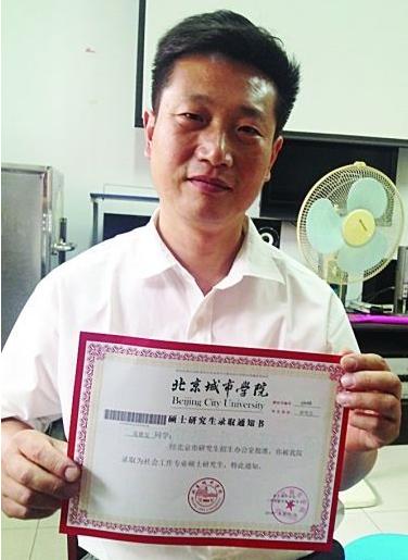 女儿参加高考,他参加研究生考试.1968年出生的泰州考生吴