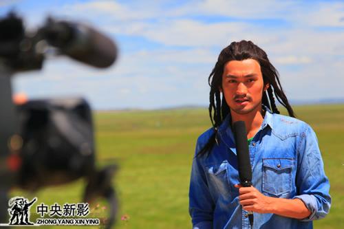 丝瓜成版人性视频app著名演员袁弘在拍摄现场接受记者采访