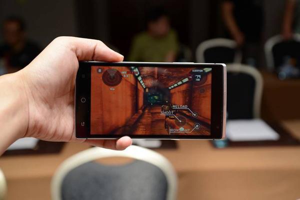 Premier téléphone intelligent holographique du monde a été libéré jeudi à Beijing, par une entreprise chinoise Takee technologie.