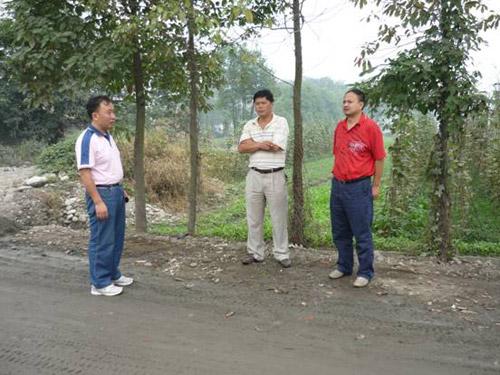 李国荣(左一)在施工现场