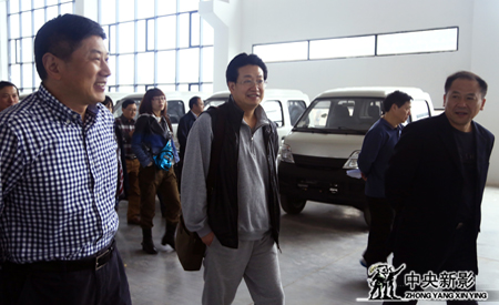 忠县县委常委、副县长孙开武陪同《新三峡》剧组总导演、总制片人杨书华参观
