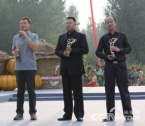 最佳男主角获得者孙松、姜超,《老家门口唱大戏》出品方代范伟领奖
