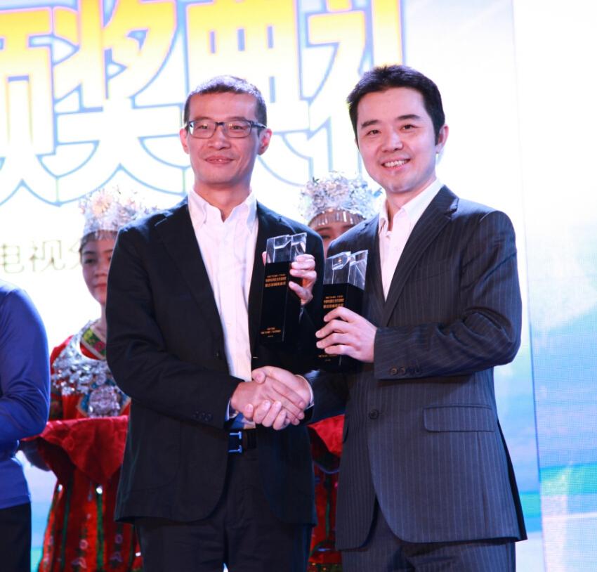中央电视台广告经营管理中心市场部副主任佘贤君(右)与东风日产市场部部长熊毅领奖