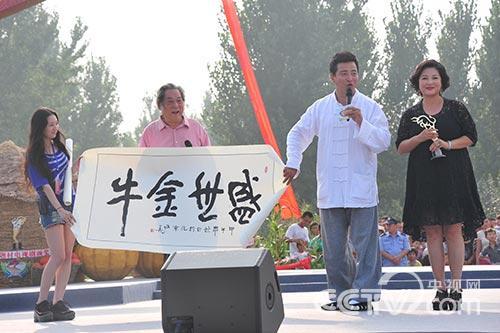 王茜华获奖,其父亮相送上书法作品