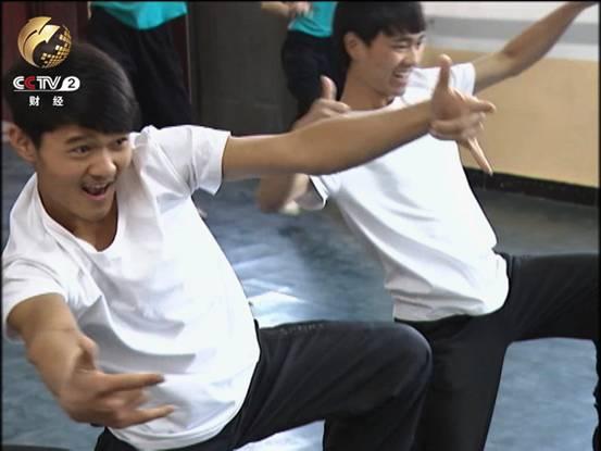 14岁的侯壮壮加入了北京市心灵呼唤残疾人艺术团