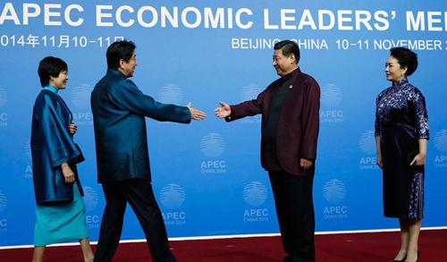 参加会议的各成员经济体领导人身着中国特色服装抵达现场时,受到图片