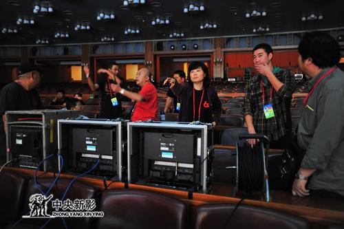 《复兴之路》摄制组在人大会堂紧张拍摄