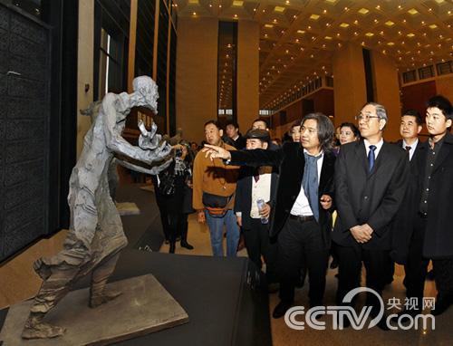 中国美术家协会副主席,中国雕塑院院长吴为山向全国政协副主席马飙及
