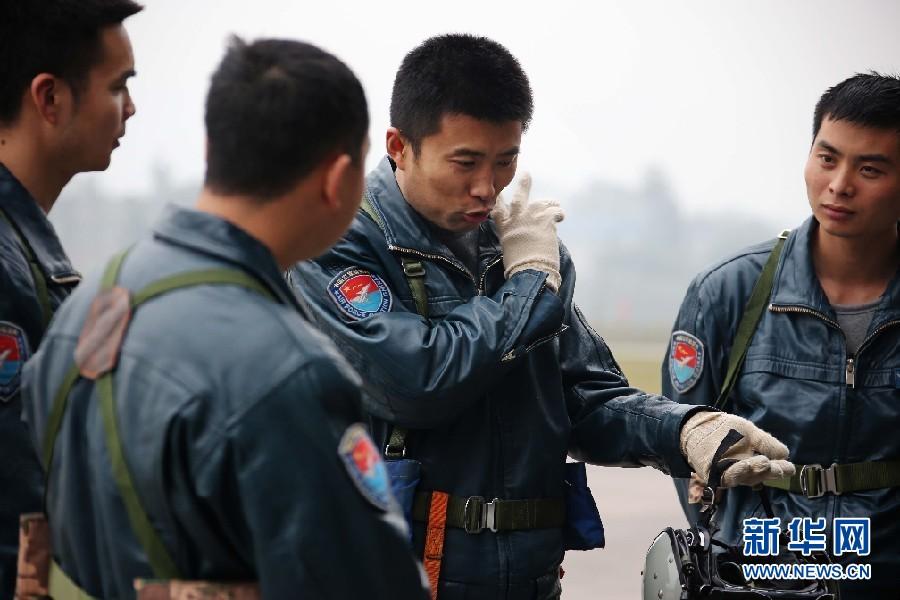 训练结束后,蒋佳冀(右二)向新飞行员传授经验。新华社发 刘应华 摄