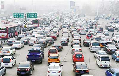 图为G4京港澳高速公路石家庄裕华路通行口出现拥堵。