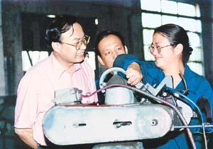 牛玉儒参观工厂。