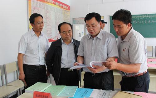 青海省委常委、组织部长 胡昌升(右二)
