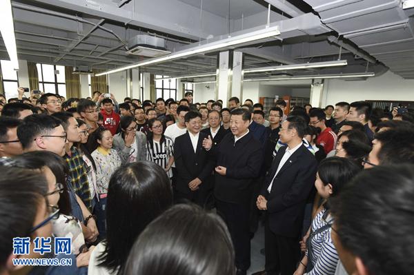 4月24日至27日,中共中央总书记、国家主席、中央军委主席习近平在安徽调研。这是4月26日下午,习近平在中国科技大学图书馆与正在上自习的学生们亲切交谈。 新华社记者李学仁摄