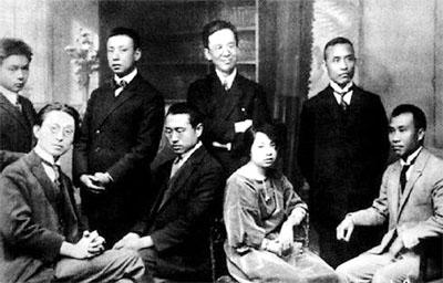 1922年,周恩来介绍朱德、孙炳文入党。张申府代表旅欧支部接受他们的申请。前左一为张申府,前右一为朱德。(资料图)