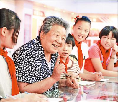 图为林秀贞在给孩子们讲故事。记者 史自强 摄