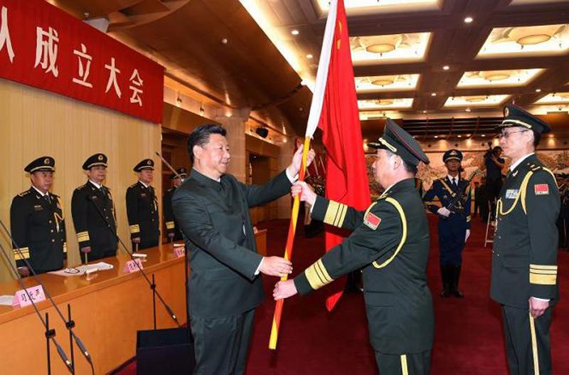 这是习近平向武汉联勤保障基地司令员李士生、政治委员殷志红授军旗。