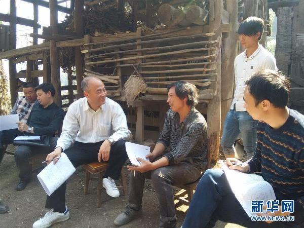 姜仕坤(左三)在大田乡走访贫困户