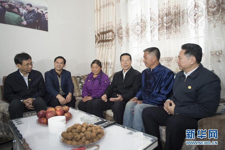 11月7日至9日,中共中央政治局常委、国务院副总理张高丽在云南调研。这是11月7日,张高丽在昭通市鲁甸县甘家寨灾后恢复重建集中安置点看望安置群众。