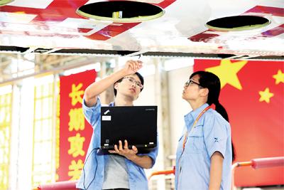 中国商飞公司党员干部职工在飞机研制一线解决技术难题。