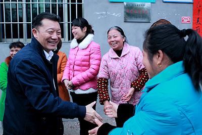 """2015年2月20日,廖俊波(左一)慰问石圳村""""十姐妹""""。(资料图)"""