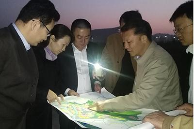 廖俊波(右二)在武夷新区挑灯夜战。(资料图)