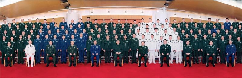 4月18日,中共中央总书记、国家主席、中央军委主席习近平接见新调整组建军级单位主官,并对各单位发布训令。这是习近平同新调整组建军级单位主官亲切合影。
