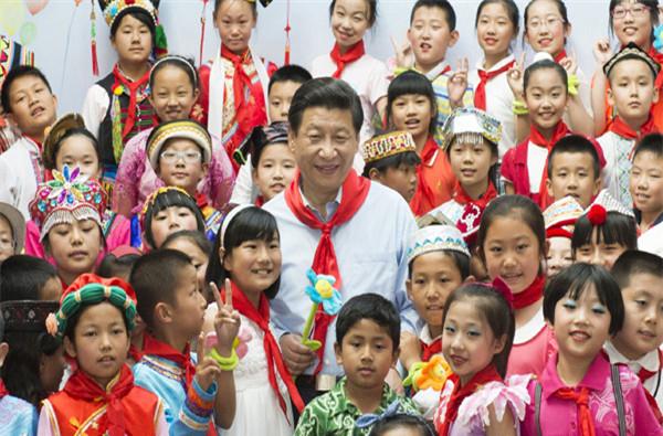 """2013年5月29日,习近平在北京市少年宫参加""""快乐童年 放飞希望""""主题队日活动。"""