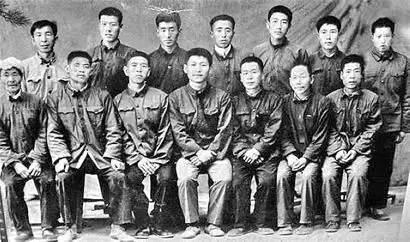 在送习近平上大学时,陕北梁家河村民与习近平合影留念