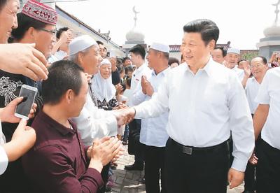 2016年7月19日上午,习近平在宁夏银川市永宁县闽宁镇原隆移民村,看望慰问移民群众。