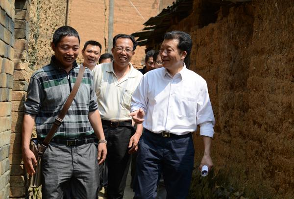 2014年4月18日,时任政和县县委书记的廖俊波(前右)在铁山镇东涧村调研农村党建工作。徐庭盛 图