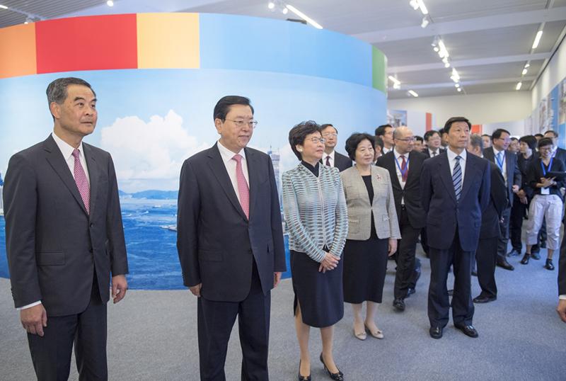 6月26日,中共中央政治局常委、全国人大常委会委员长张德江在国家博物馆参观香港回归祖国20周年成就展。