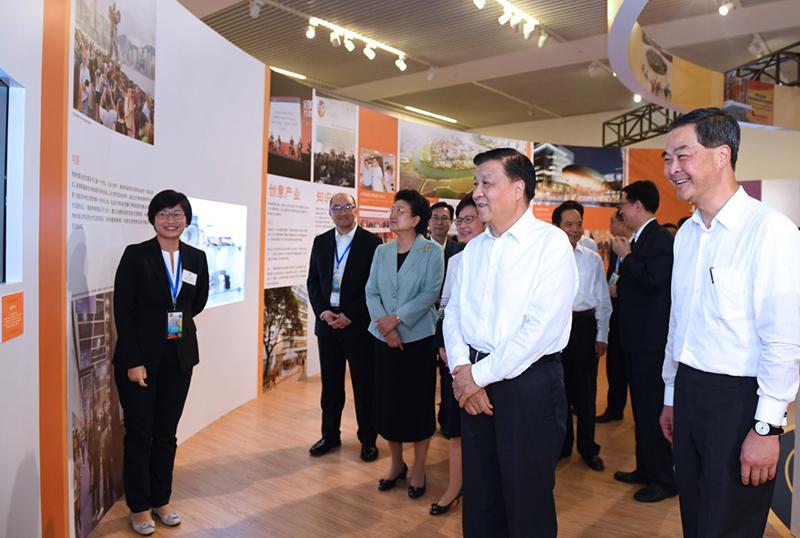 6月26日,中共中央政治局常委、中央书记处书记刘云山在国家博物馆参观香港回归祖国20周年成就展。