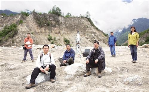中国科学院成都山地所的科研人员杨宗佶副研究员、陈晓清副所长、柳金峰副研究员、游勇总工程师、李战鲁工程师、李秀珍副研究员(从左至右)。