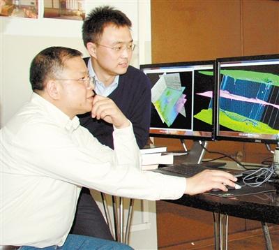 黄大年(左一)带领科研团队成员研究问题(2010年11月22日摄)
